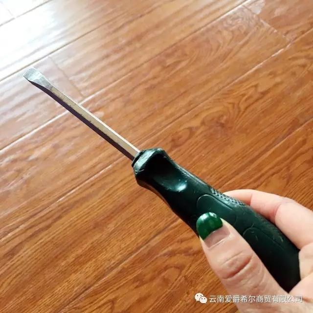 首先,徒手开箱绝对是不可能的,必须找一个工具:   (对了,找到缝隙图片